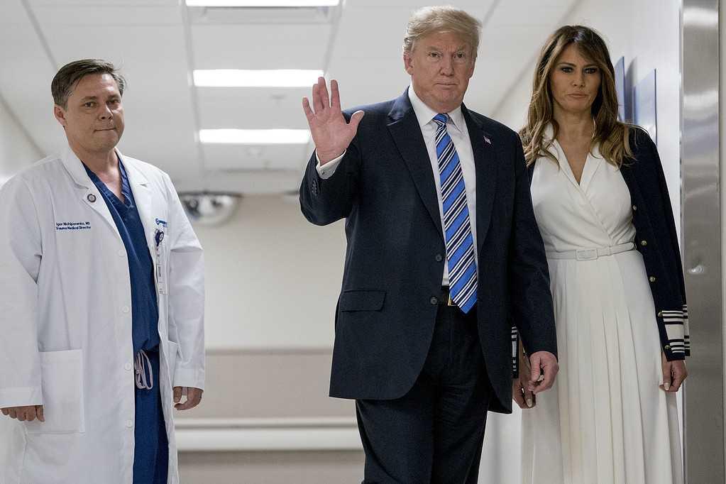 USA:s president Donald Trump och Melania Trump besökte sjukvårdspersonal efter skolskjutningen på Marjory Stoneman Douglas.