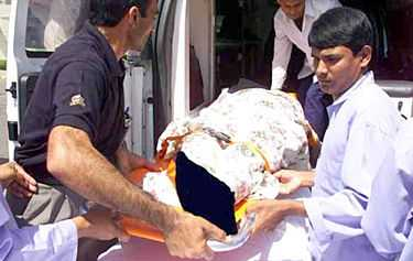 Sjukvårdare tar hand om ett av offren för en brand i en flickskola i Mecka. Femton studenter dödades och femtio skadades i katastrofen.