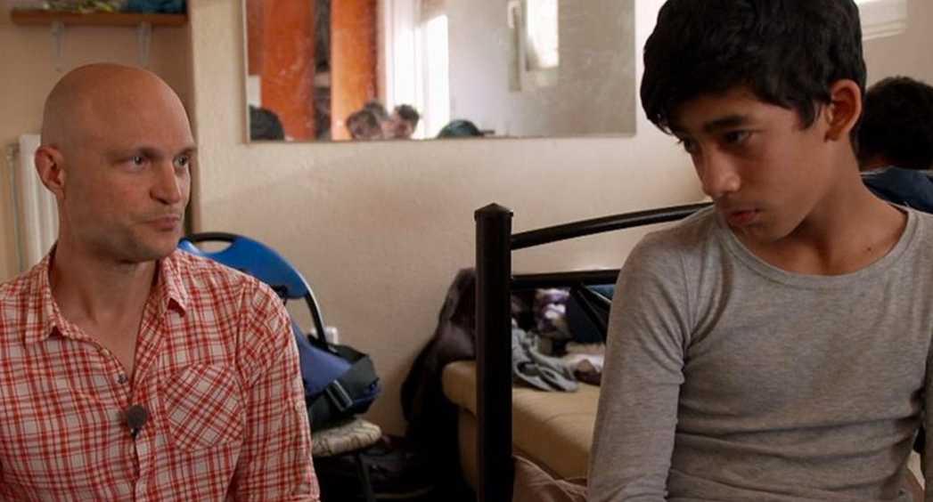 """Fredrik Önnevall bestämmer sig för att hjälpa flyktingpojken, i SVT-programmet """"Fosterland""""."""