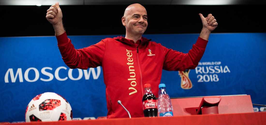 """""""EN HYCKLARE"""" Gianni Infantinos beslut att komma till gårdagens presskonferens i volontärtröja imponerar inte på Simon Bank. """"Han är den senaste i raden av världsfotbollens hycklande  Fifa-furstar"""", menar Sportbladets krönikör."""