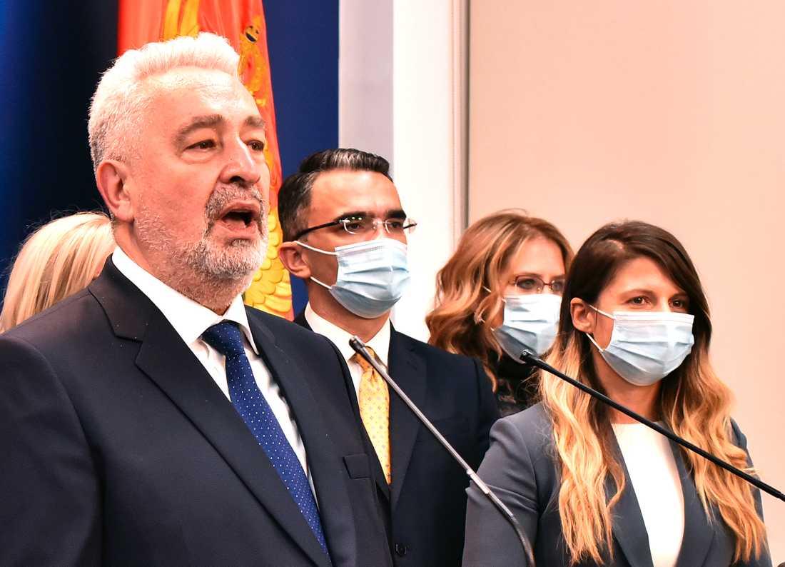 Montenegros nya premiärminister Zdravko Krivokapic talar i parlamentet i huvudstaden Podgorica på fredagen sedan hans koalition vunnit knappt.