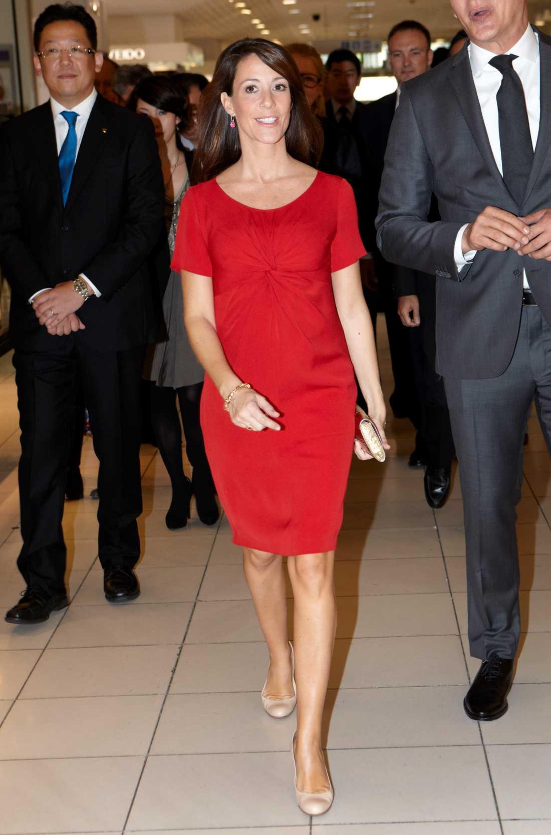 Prinsessan Marie Danska prinsessan Marie visade upp den kungliga bulan i rojalistiskt rött på besök i Japan.