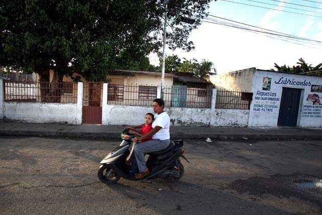I vita huset till vänster här på gatan i Sabaneta föddes Hugo Chavez.