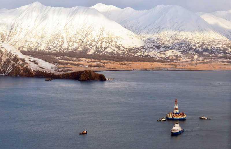 oljerigg på platsNär Arktis is smälter öppnar det för nya möjligheter till bland annat fiske och oljeutvinning – men på bekostnad av miljön.