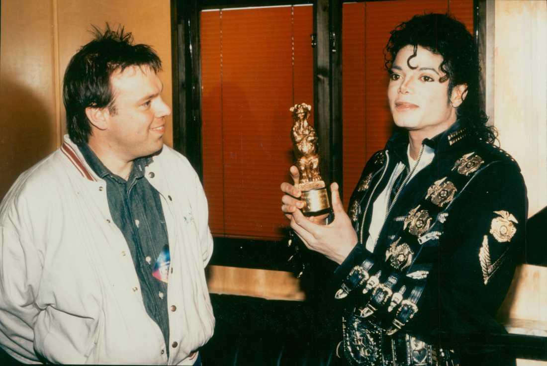 Michael Jackson blev årets utländska artist 1987. Här får han en nalle av Aftonbladets journalist Magnus Janson. Det är Janson till vänster.