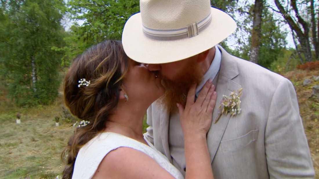 Hans Vincent kysser sin fru Ann-Sofie