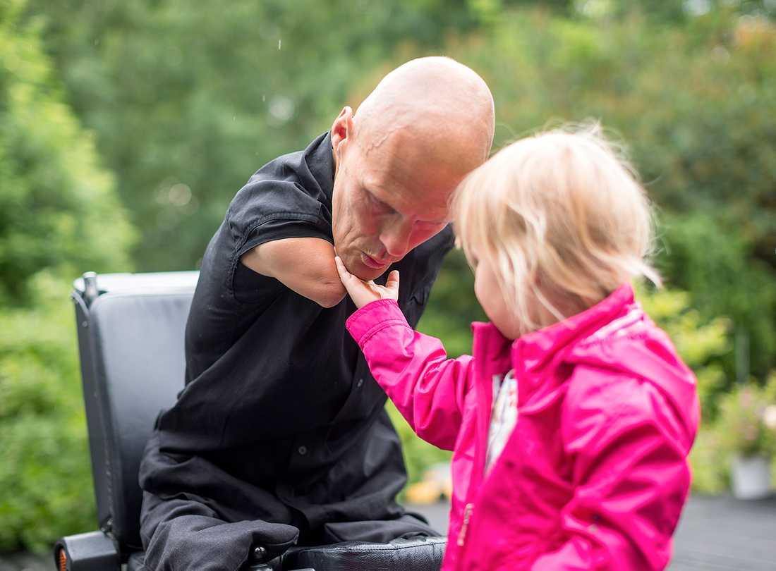 Försäkringskassan drar in fyrabarnspappan och egenföretagaren Mikael Anderssons hjälp i vardagen.