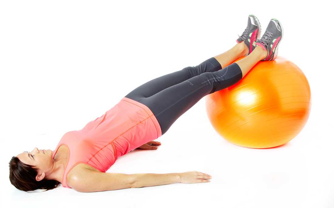 3 Höftlyft Så gör du: Ligg på rygg med fötterna vilande på en balansboll. Spänn bålen och lyft höfterna och ryggen från golvet.