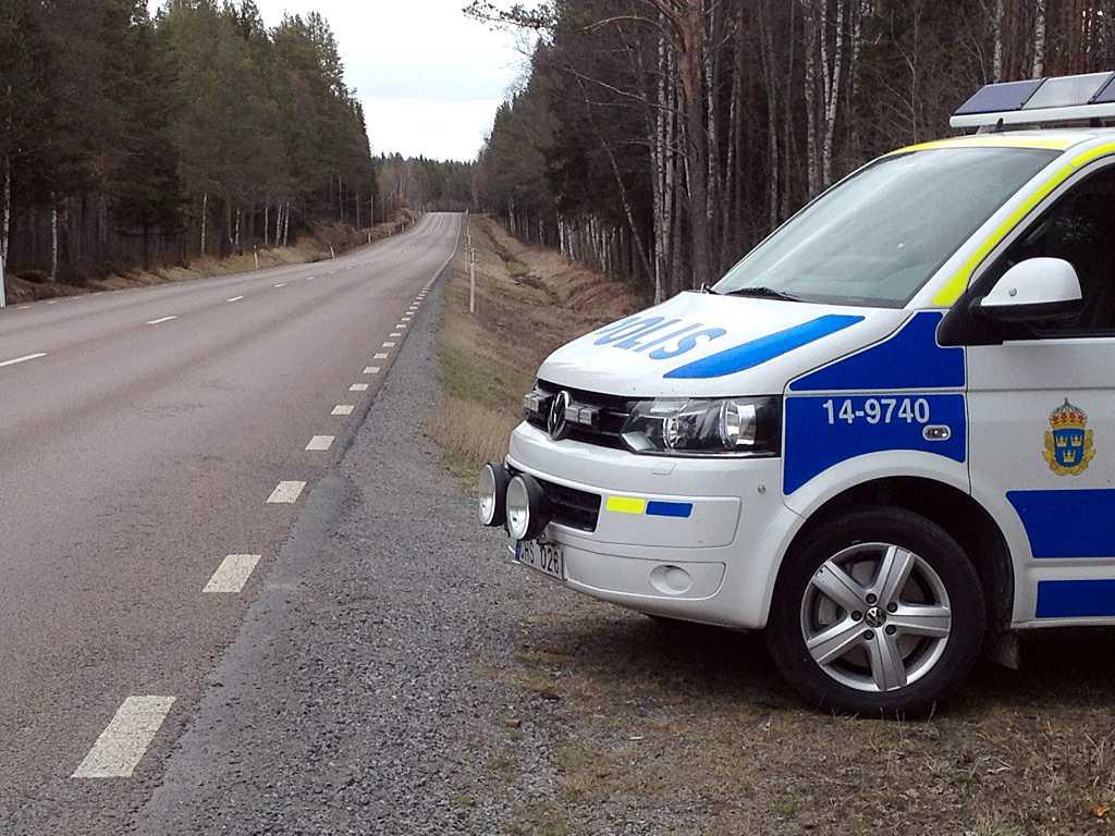 En polisbil i närheten av platsen där flickan observerades.