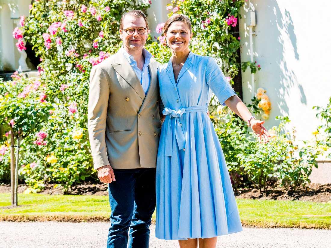 Kronprinsessan Victoria tillsammans med maken Daniel under firandet på Sollidens slott på Öland i somras.