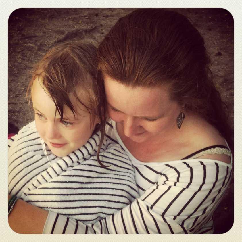 Camilla, 6 år, får en värmande kram av mamma Anna efter kvällsdoppet.