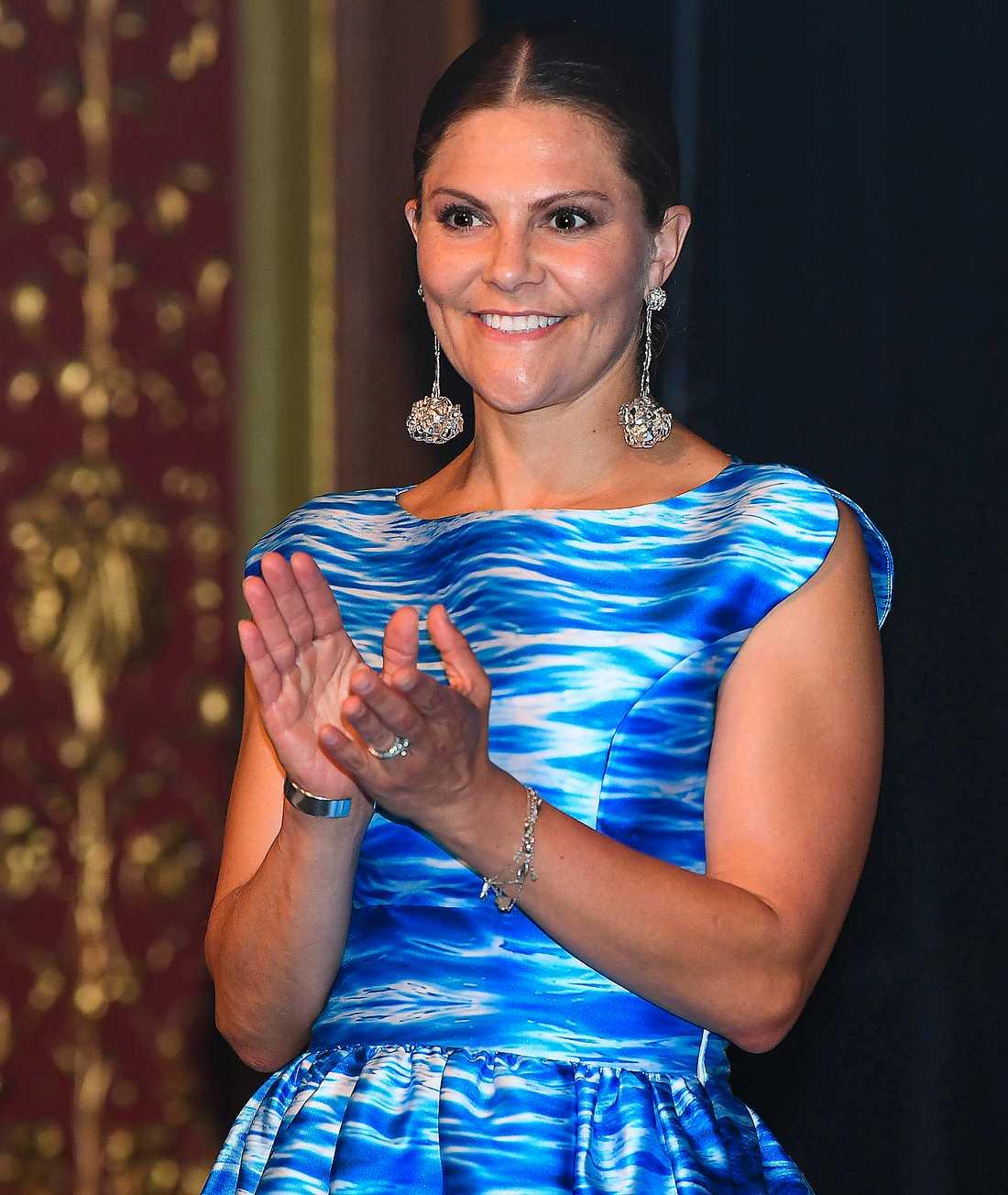 Örhängena som Victoria bar när hon delade ut  Junior Water Prize är  inspirerade av koraller och matchade vågorna på klänningen perfekt.