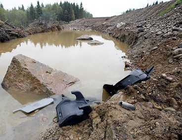HÄR DOG TRE Strax söder om Hyltebruk i Halland störtade familjens bil ner i en ravin. Föraren klarade sig men hans fru och parets två barn omkom. FOTO STIG-ÅKE JÖNSSON