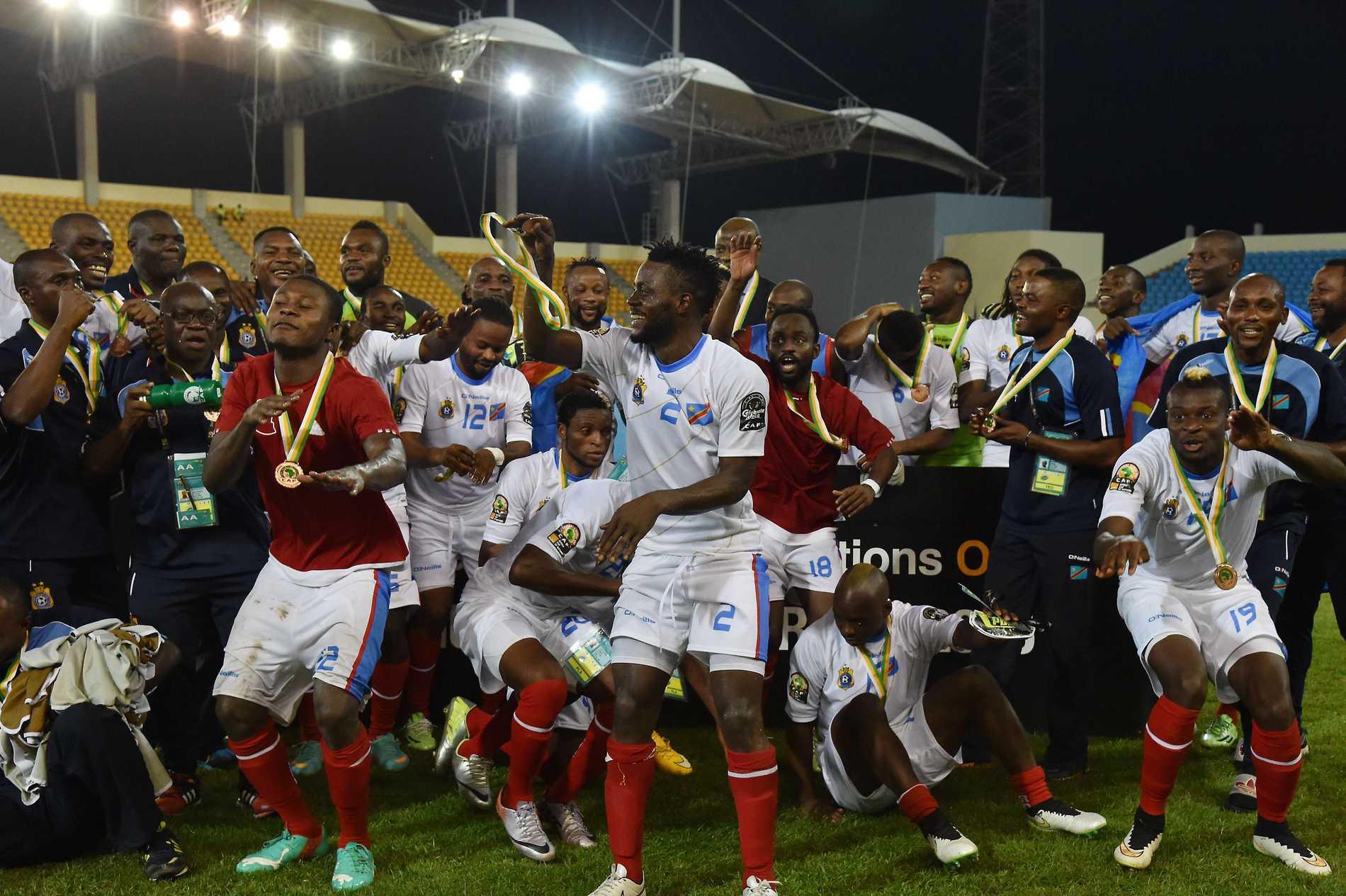 Spelarna firar bronset.