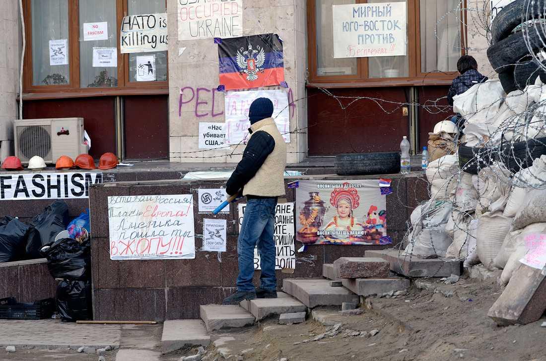 Proryska demonstranter utanför en ockuperad byggnad.