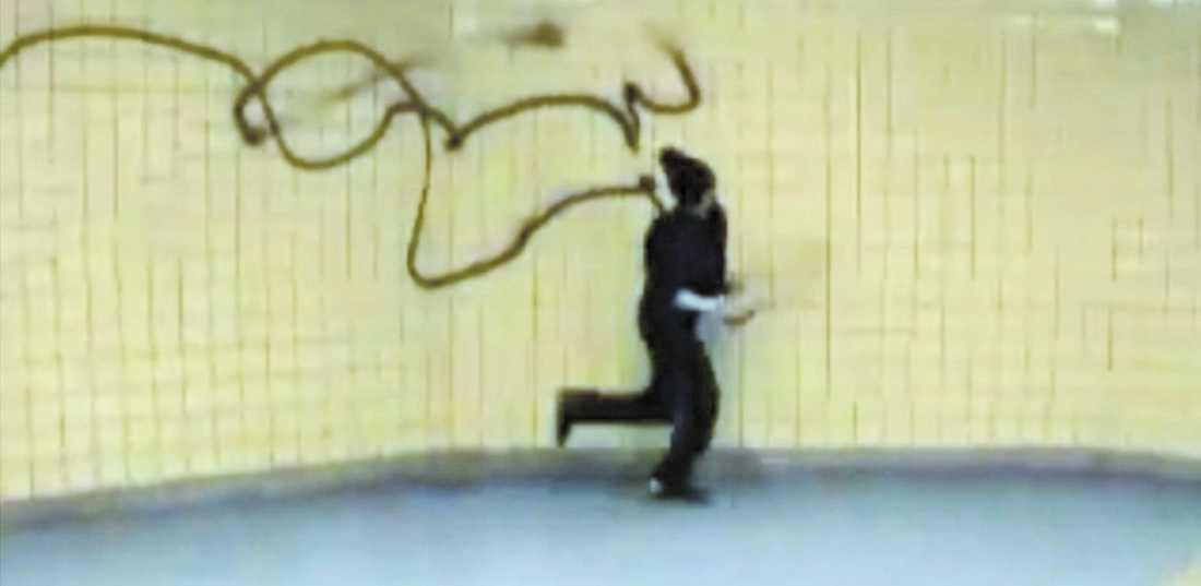 Aftonbladet 11 augusti.Signaturen Nug väckte debatt när han vandaliserade en tunnelbanevagn som en del av ett videokonstverk.