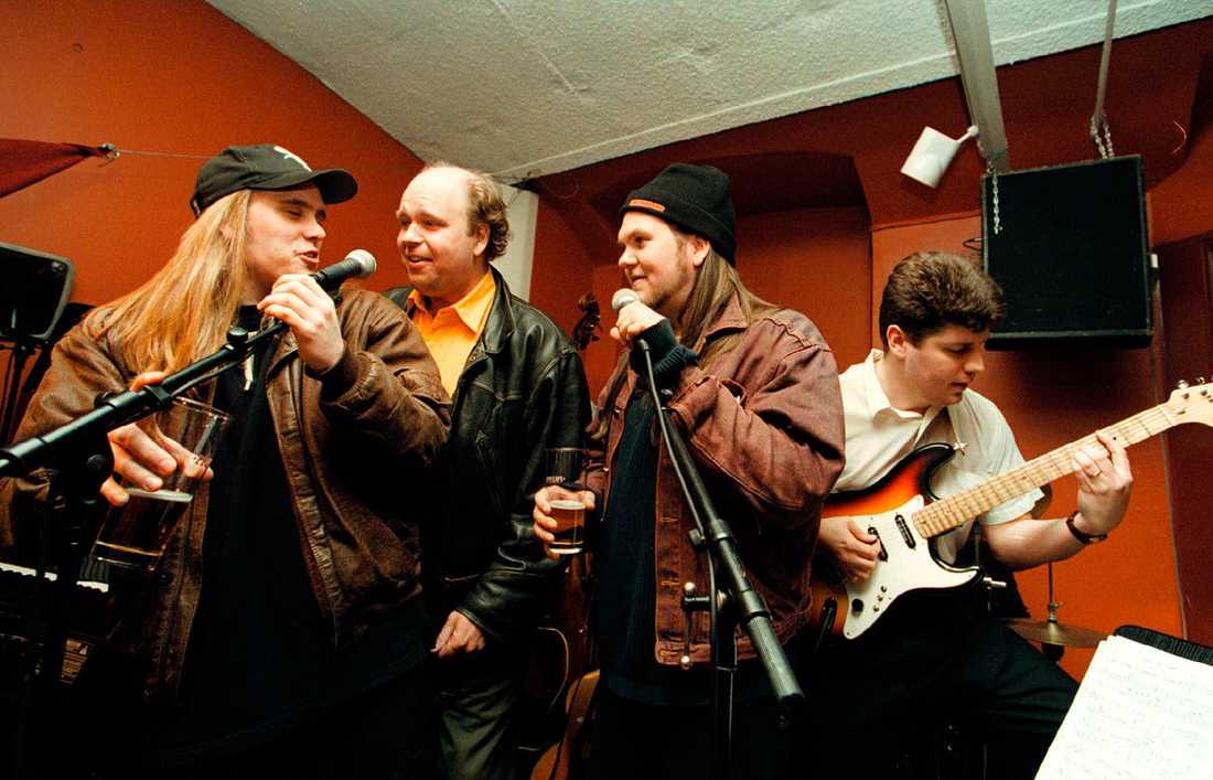 Hjalle och Heavy gjorde sig kända för att göra låtar om sina spårhundar. På senare år har Hjalle gjort sig känd som sångare i rockbandet Mimikry och Heavy i gruppen Dökött.