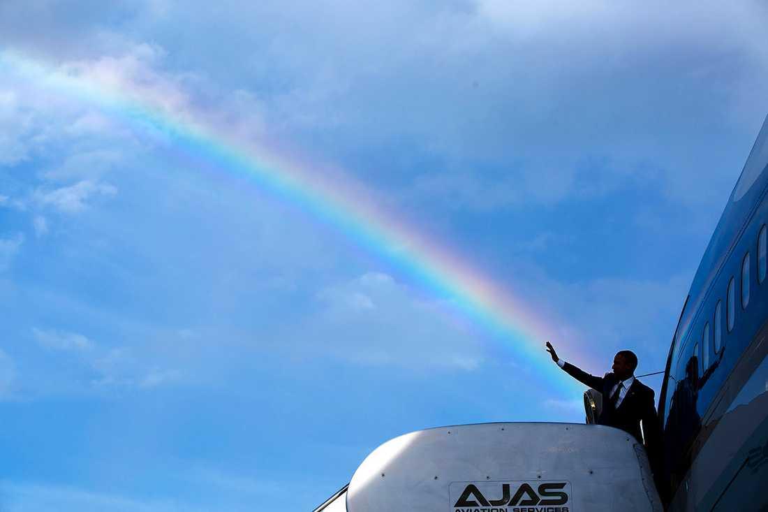 """Pete Souzas kommentar:""""Ibland så har man bara tur. Så var fallet då en regnbåge dök upp precis när presidentens helikopter anlände till flygplatsen i Kingston, Jamaica, där han skulle gå ombord på Air force one för att flyga till Panama."""""""