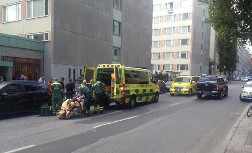 Stort polispådrag efter att en man skjutits till döds på Södermalm i Stockholm.