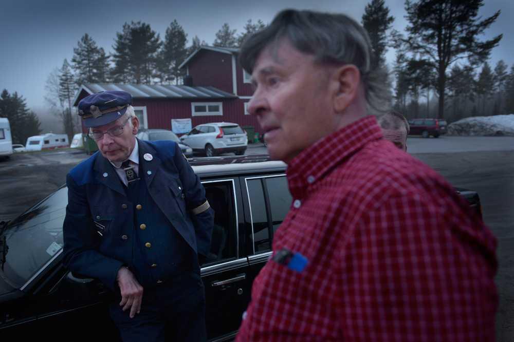 """""""ALLA BEHÖVER ETT REVIR"""" """"Taxi-Kjell"""" Johansson och Signar Nordin svalkar sig utanför dansbanan."""