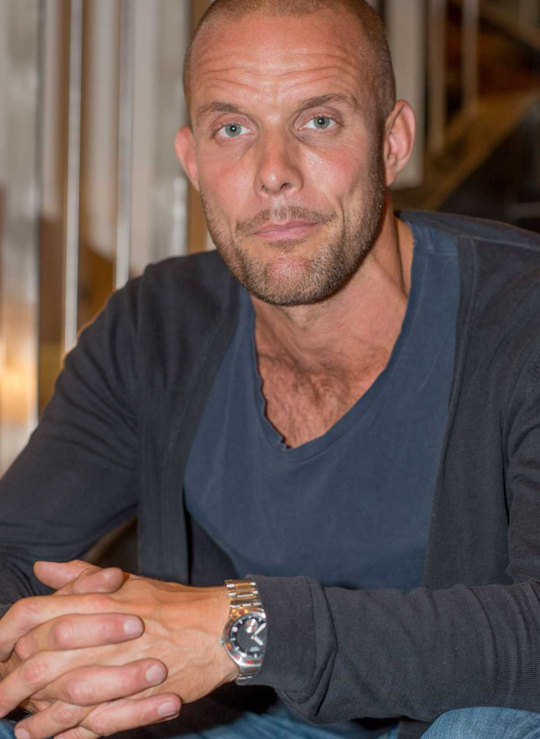 LURAD Anders Emilsson, 38, köpte sitt drömhus med 1 100 kvadratmeter sjötomt – trodde han. Två år senare tillföll sjödelen grannen.