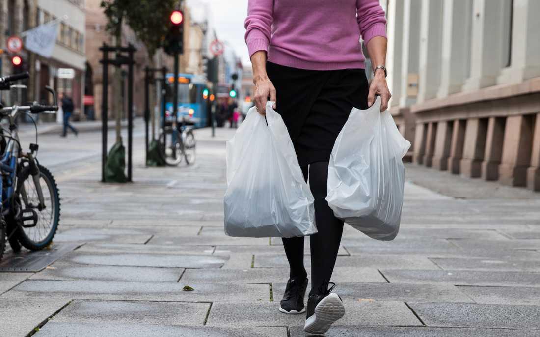 En plastpåse kan komma att kosta upp till sju kronor i framtiden. Arkivbild.
