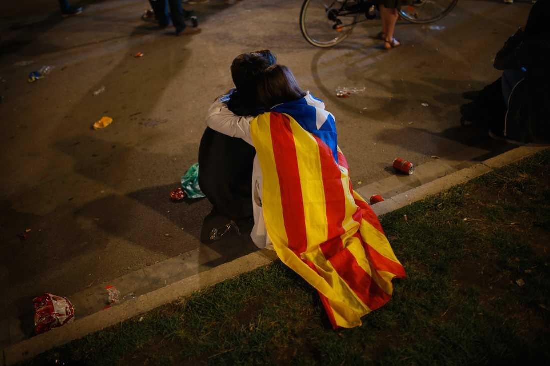 Ett par med en katalansk flagga under en demonstration i Barcelona i tisdags.