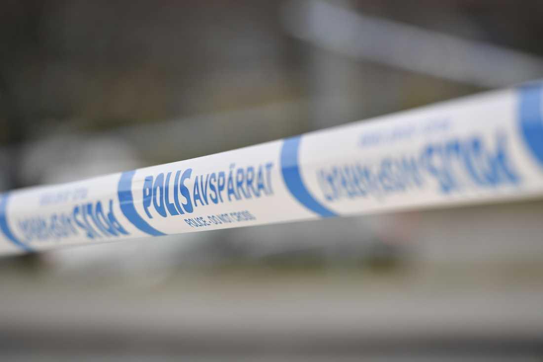 En misstänkt sprängladdning har hittats i Alby i Botkyrka kommun söder om Stockholm.