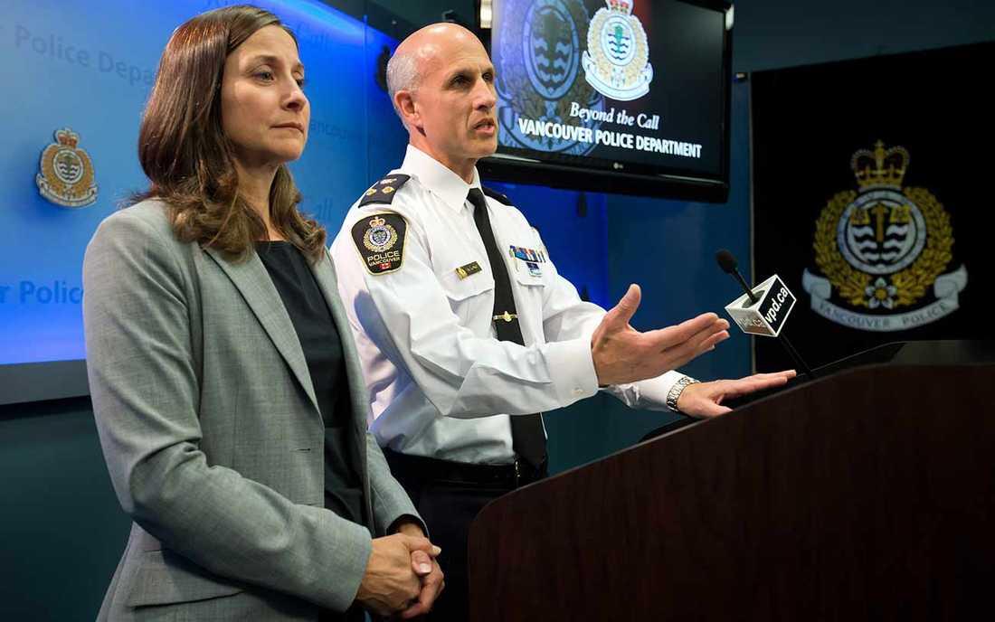 Polischefen i Vancouver Doug LePard, till höger, och rättsläkaren Lisa Lapointe håller presskonferens efter Cory Monteiths död.