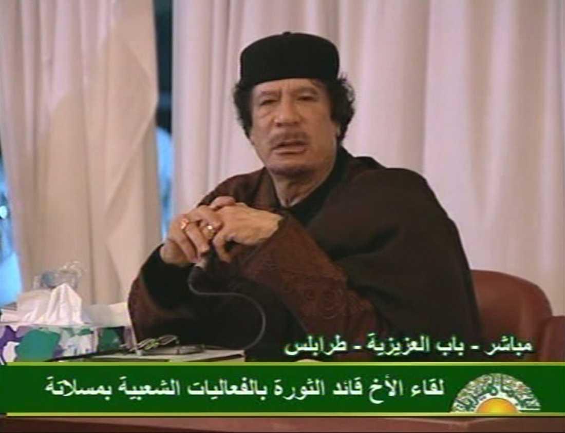 """""""INGEN NÅD"""" Gaddafi höll ett hotfullt radiotal i går innan FN röstade om flygförbudet. """"Lämna Benghazi. Vi kommer att slå ned förrädarna. Vi kommer inte visa någon nåd eller barmhärtighet."""