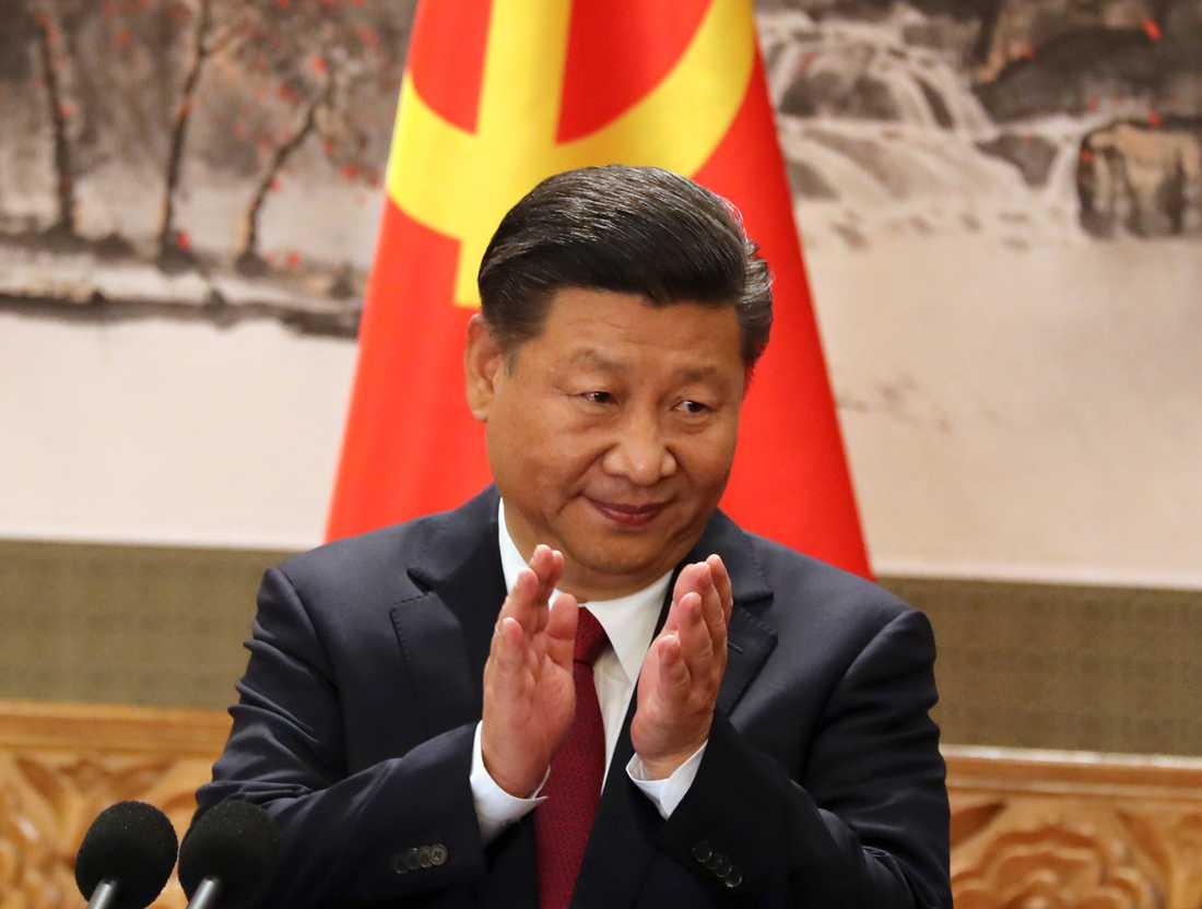 Kinas president Xi JInping klappar händerna när det verkställande utskottet i kommunistpartiets politbyrå möts i oktober 2017. Under Xis ledning har yttrandefriheten i Kina strypts allt mer de senaste åren. Arkivbild.
