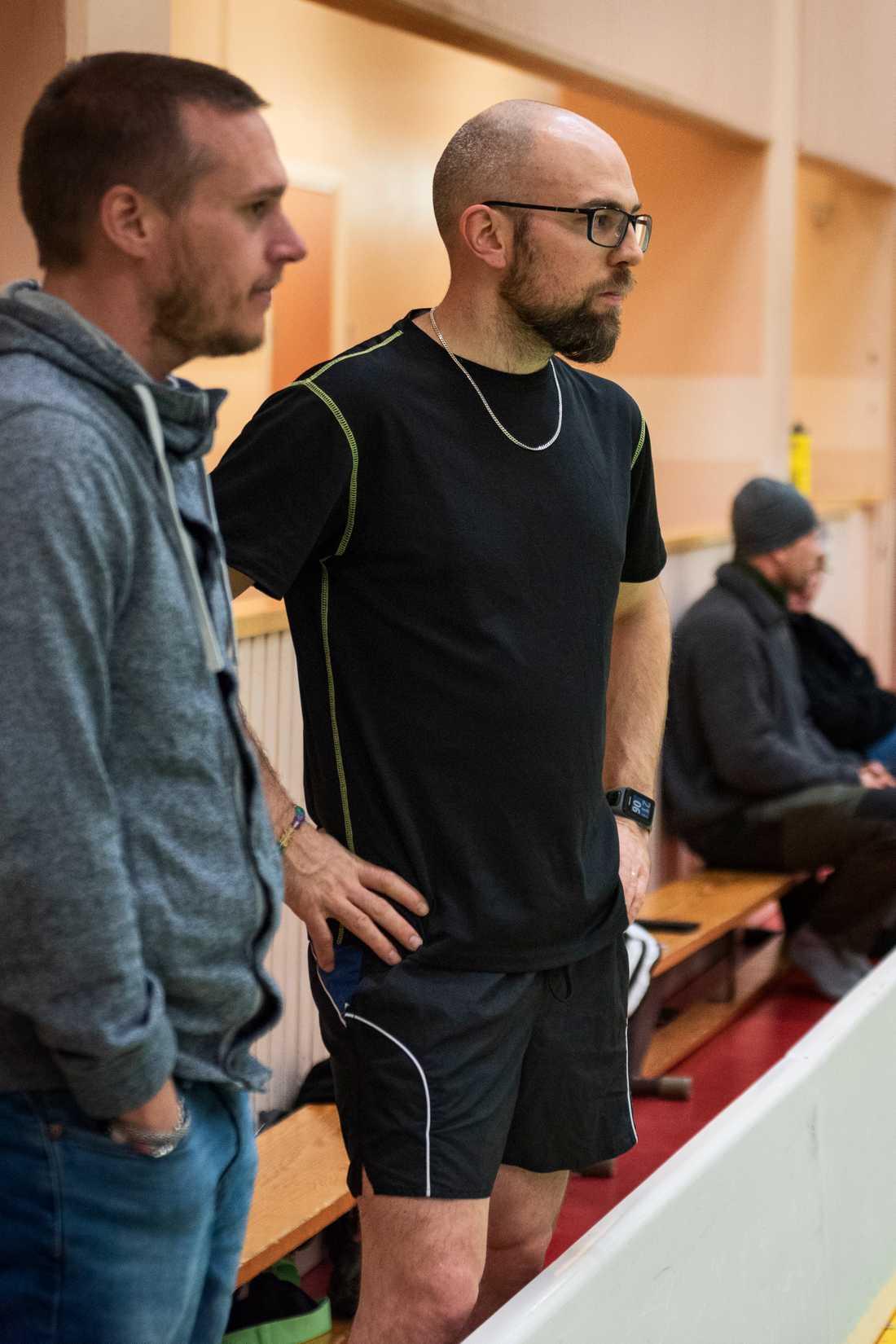 Jan-Åke Persson leder innebandyträningen denna onsdagkväll.