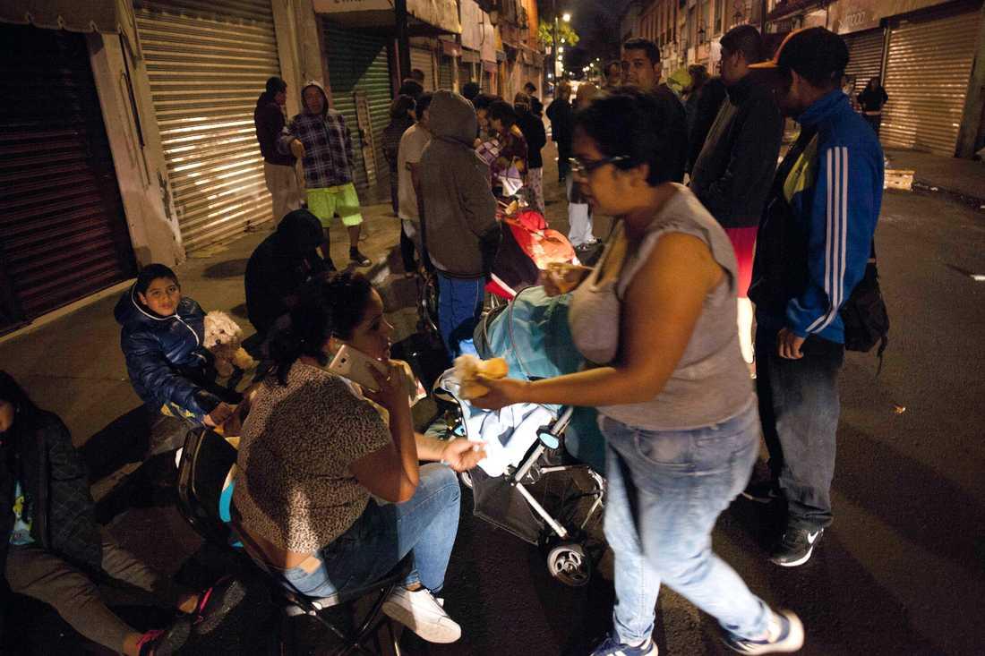 Människor tar sig ut på gatorna i Mexiko City.