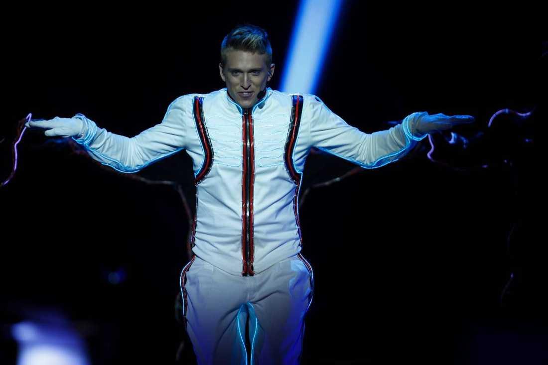 """""""Amazing"""" - Danny Saucedo: ++++ Om det vore fotboll skulle Danny Saucedo, i den här deltävlingen, ha hetat FC Barcelona. I tre minuter snurrar han upp konkurrenterna så mycket att de måste gå ner till hörnflaggan och spy. Låten är en modifierad version av Swedish House Mafias världshit """"Save the world"""" – en euforisk blandning av klubbmusik och stadiumrock. Och själva numret kan vara det bästa som gjorts i Melodifestivalen. Det hade platsat i MTV Music Awards."""