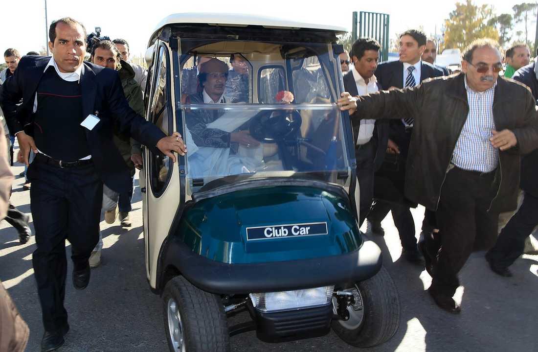 gled iväg – i golfbil Muammar Gaddafi upprepade gång på gång att han inte tänker avgå. Efter att ha talat inför journalister och anhängare i nästan tre timmar åkte den excentriske diktatorn iväg i en golfbil.