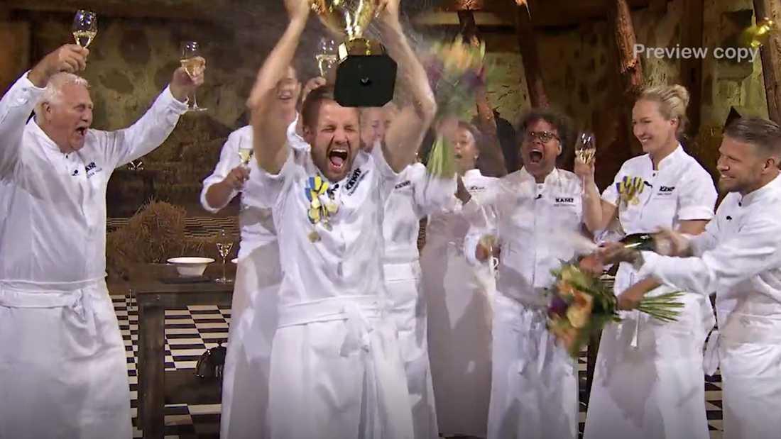 Sebastian Gibrand lyfter segerbucklan påhejad av de andra tv-kockarna.