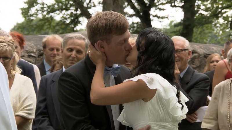 Löftena förseglades med en kyss.
