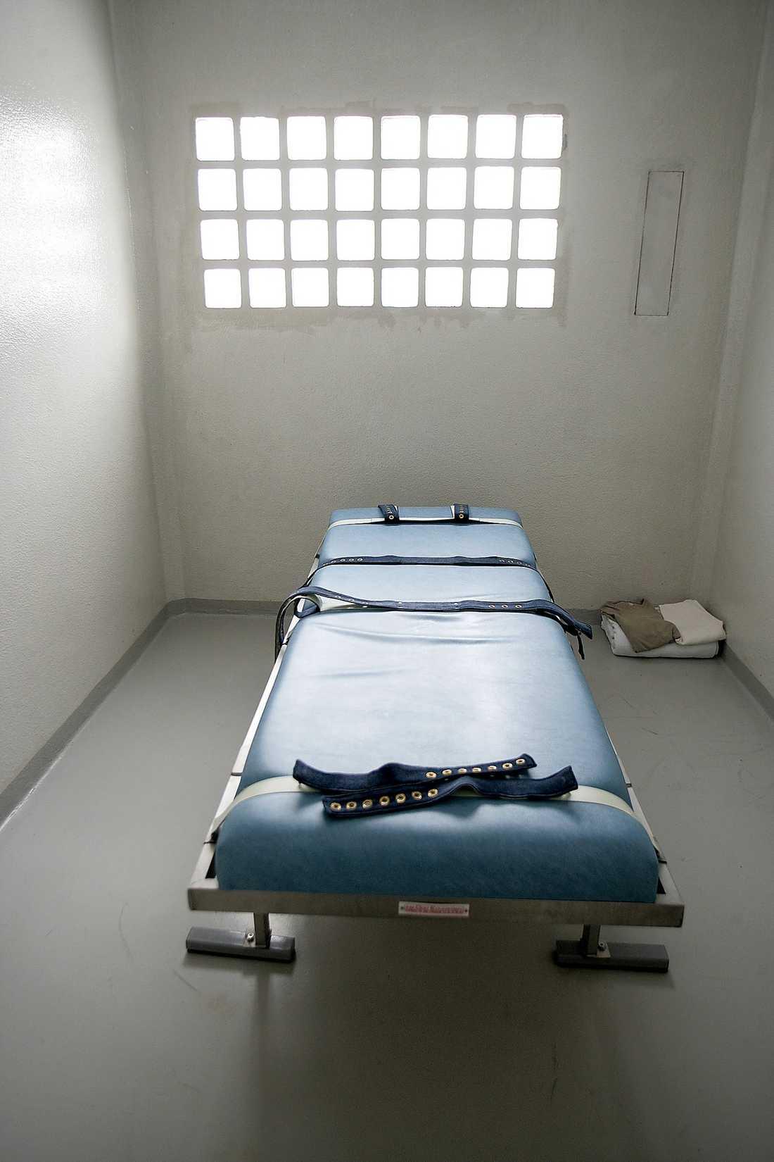 Blir fångarna oregerliga finns denna bänk att spänna fast dem på.