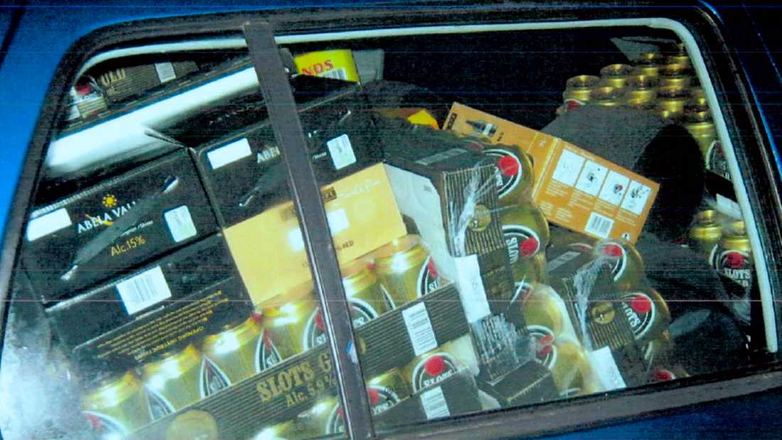43-åringen tog med sig runt 200 flak öl, vin och sprit från varje resa, enligt Skatteverkets uppgifter.