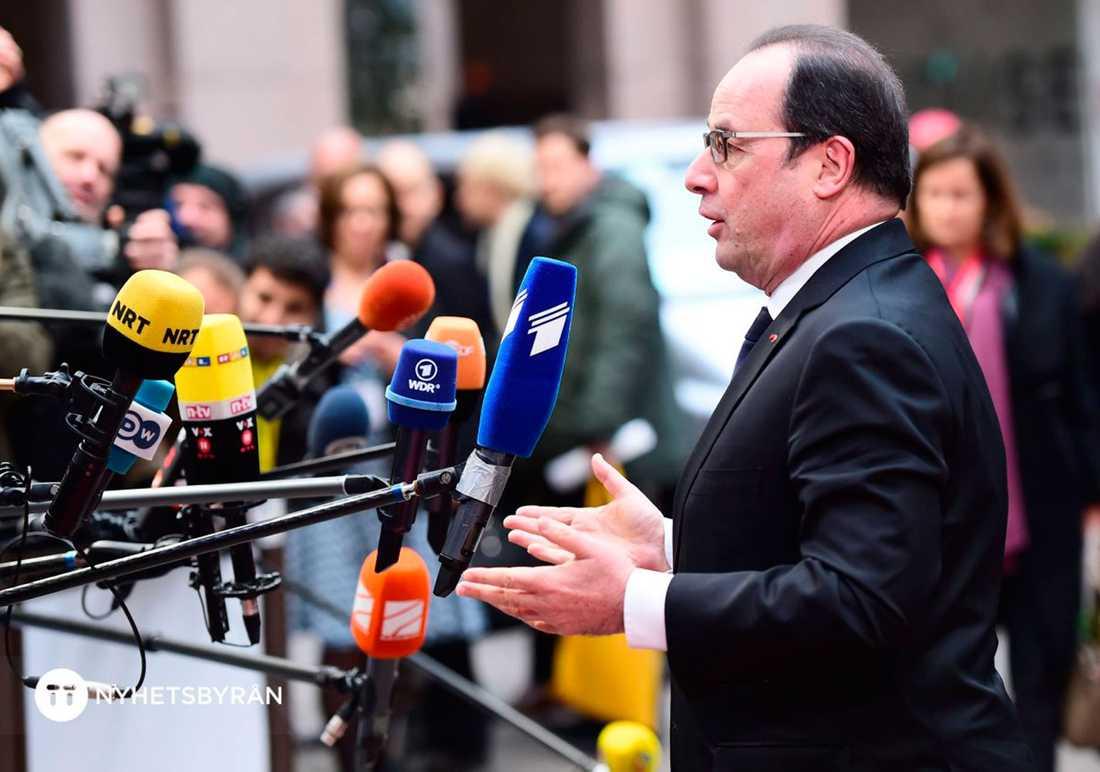 Hollande talar till pressen.