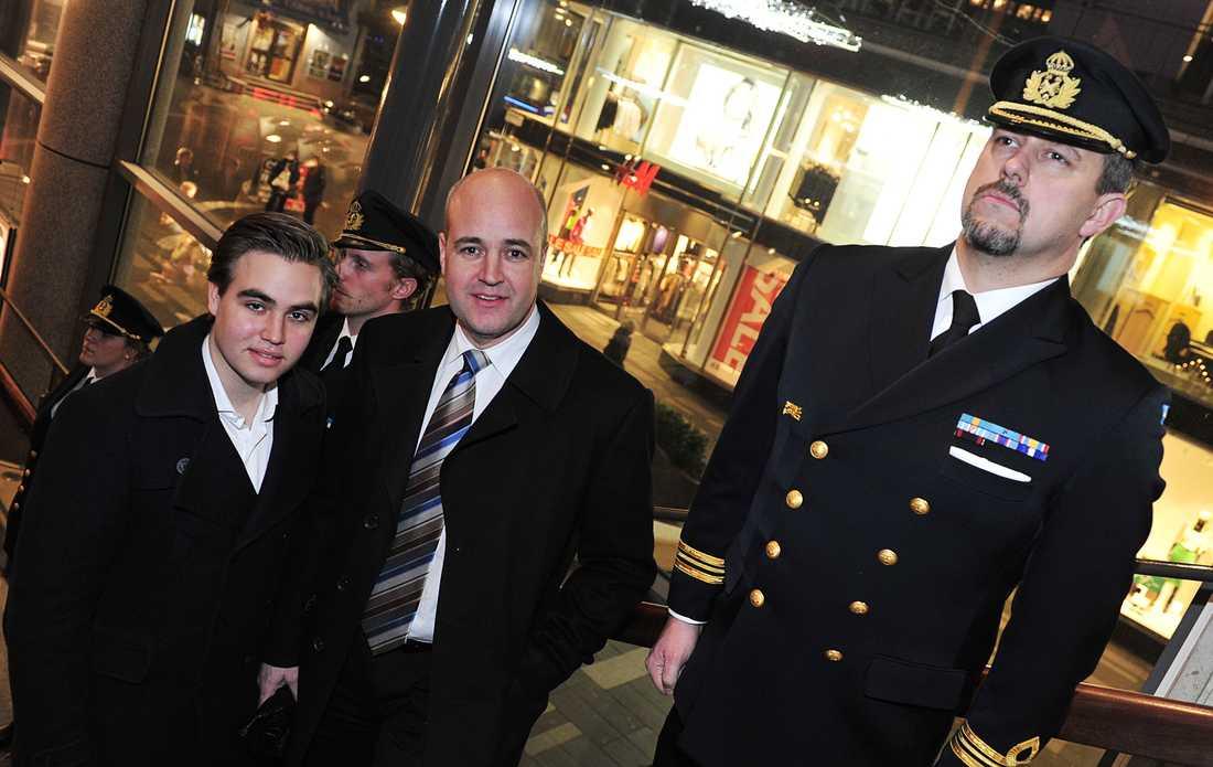 Fredrik Reinfeldt med sonen Gustaf.