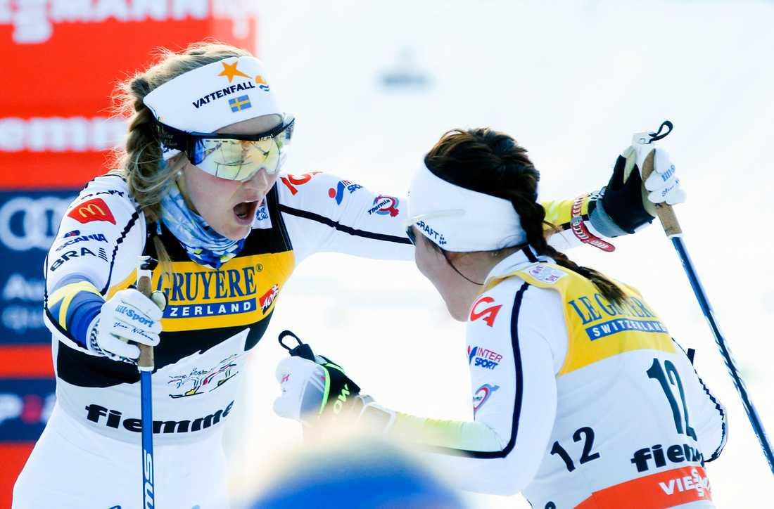 Stina Nilsson jublar ikapp med Charlotte Kalla efter lördagens succé på masstarten.