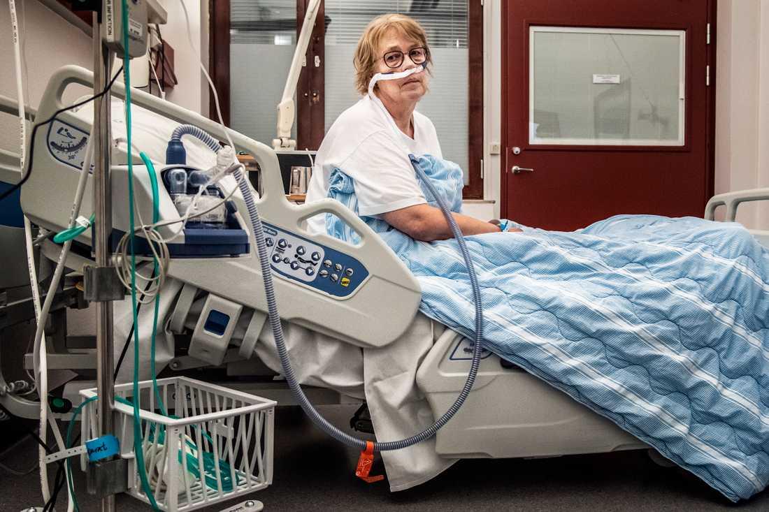 En syrgasmaskin hjälper Lena Larsson att syresätta kroppen.