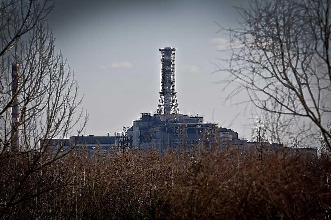 Kärnkraftverket Tjernobyls reaktor 4 tornar upp sig som ett minnesmonument över den fruktansvärda katastrofen som skakade Europa för 25 år sedan.