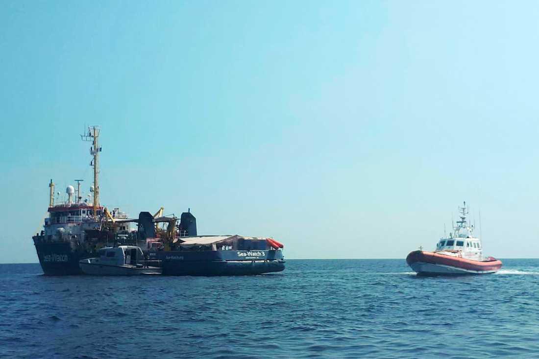 En italiensk kustbevakningsbåt vid fartyget Sea Watch 3 för ett par veckor sedan.