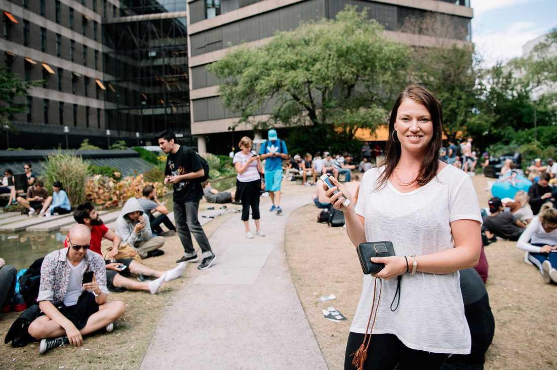 """""""Det är trevligt att varva spelandet med lite häng"""", säger Karin Ericsson, 35, som spelar Pokémon Go i den populära parken på Kungsholmen i Stockholm."""