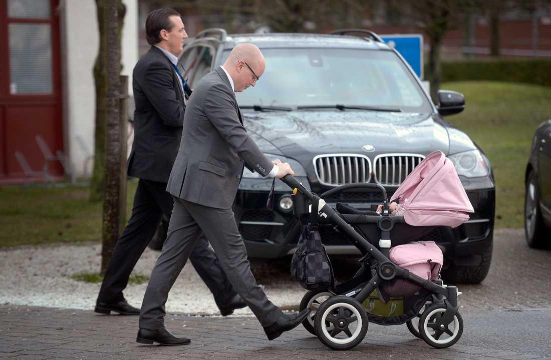 Björn Söder får lämna Sverigedemokraternas innersta maktkrets.