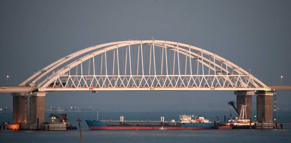 Ett stort handelsfartyg har placerats under bron av Ryssland för att stoppa passage genom Kertjsundet.