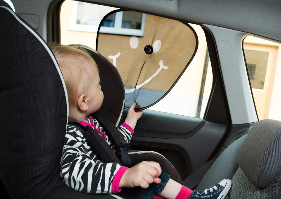 Ett barn råkade låsas in i en bil. Bilden föreställer ett annat barn. Arkivbild.