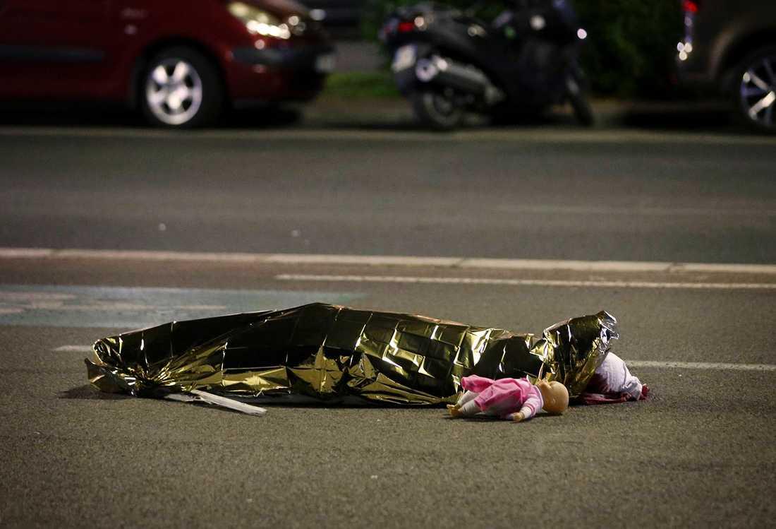 En hjärtskärande bild från attacken som flera av de stora medierna publicerat efter attacken. Aftonbladet har gjort bedömningen att publicera bilden då offret inte går att identifiera.